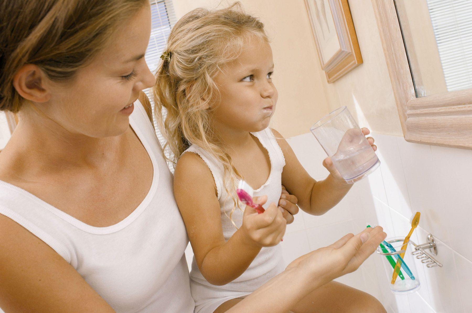 IS065-057_Mother helping daughter brush teeth, licensed picture