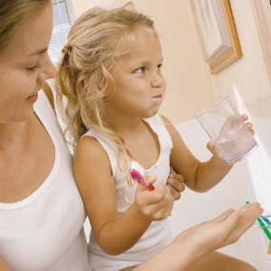 IS065-057_Mother helping daughter brush teeth_300x300px, licensed picture